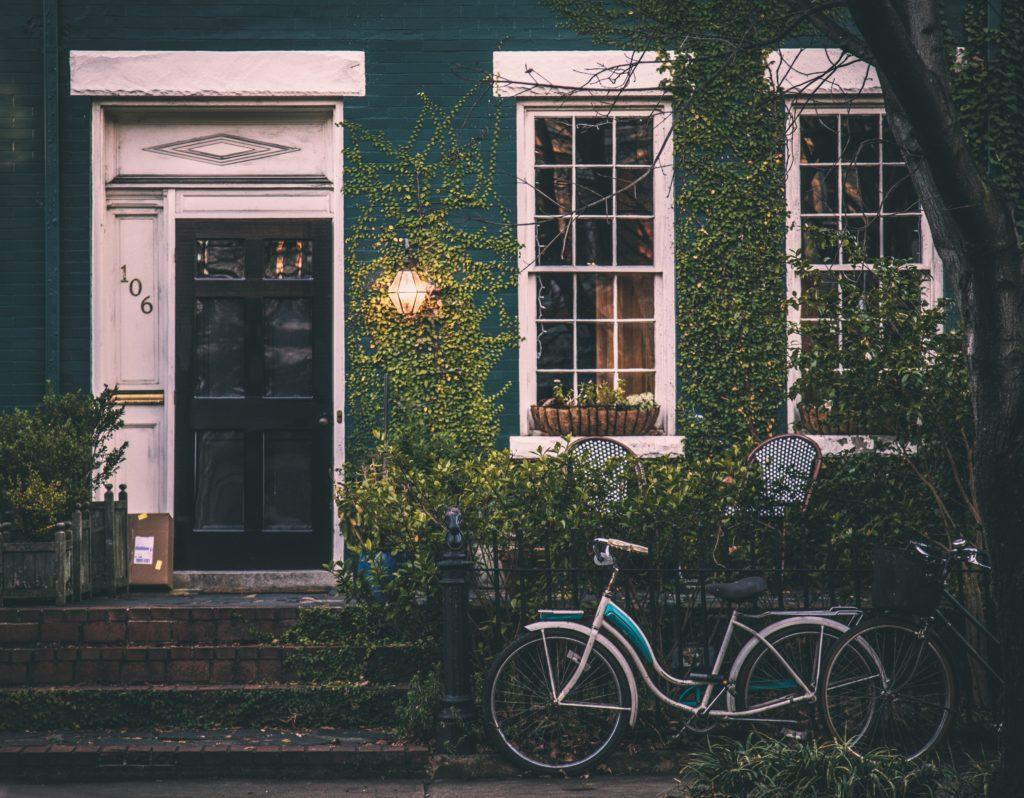 Bild mit der Vorderseite eines Hauses und eines Fahrrads