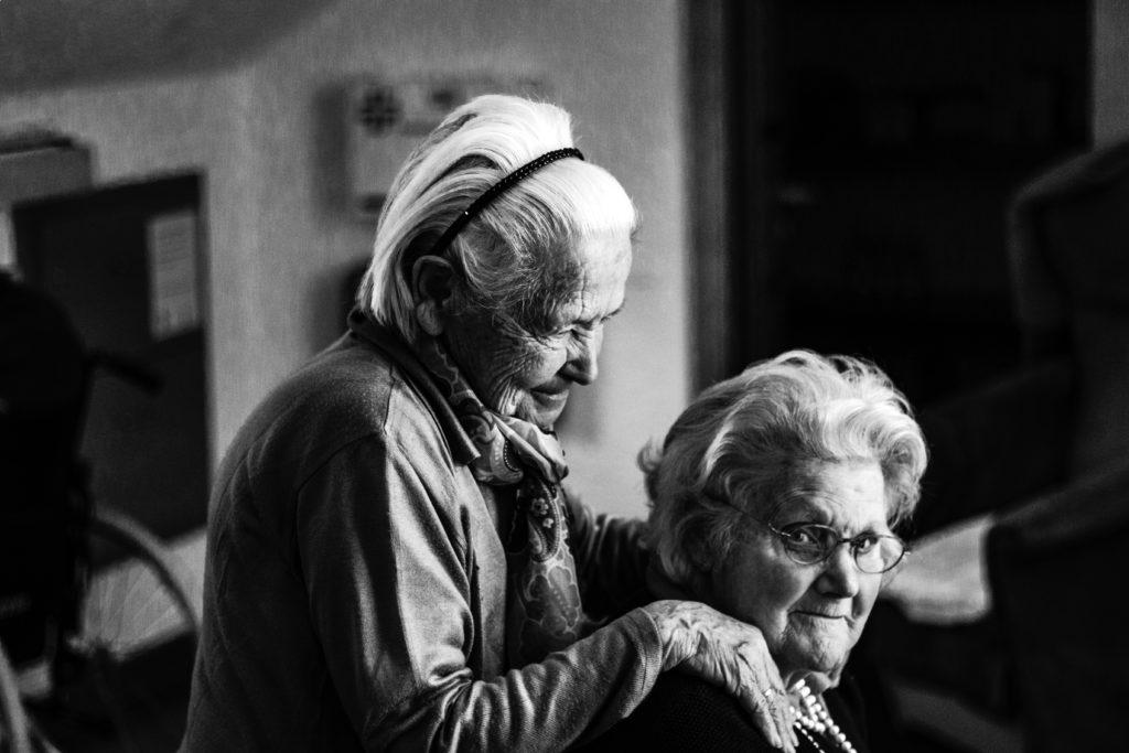 Bild von zwei älteren Frauen