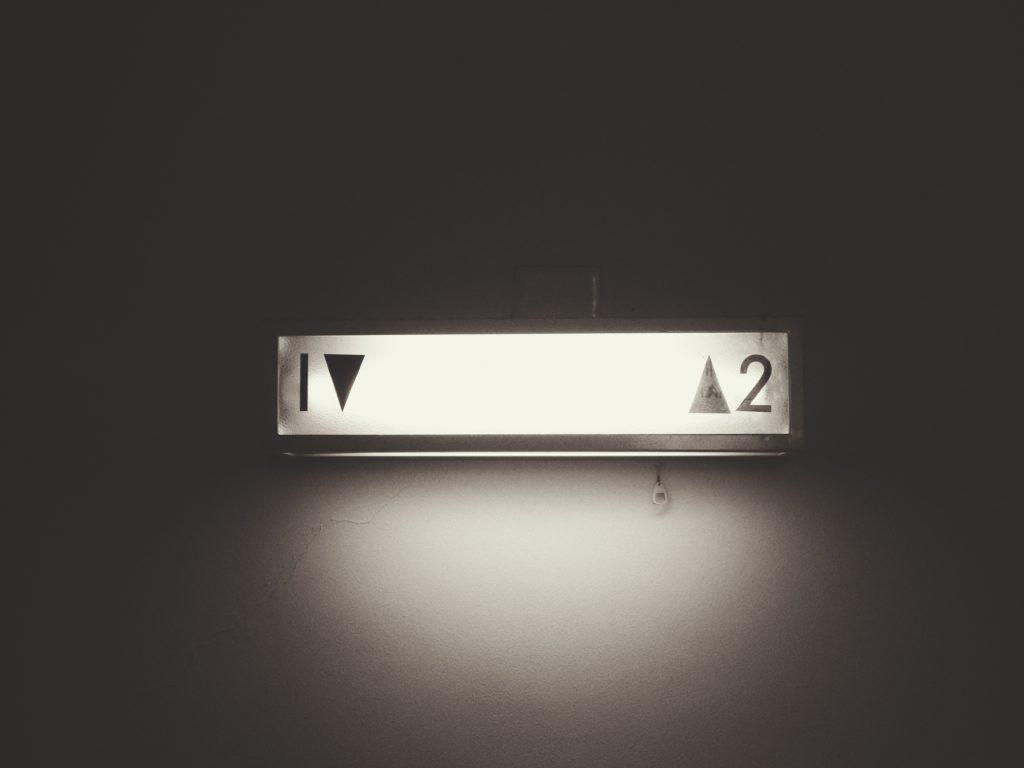 Graubild, das das Licht eines Aufzugs zeigt.