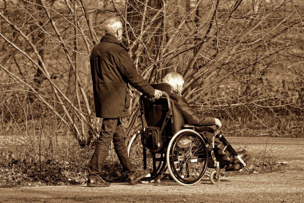 älteres Paar bei einem Spaziergang im Park