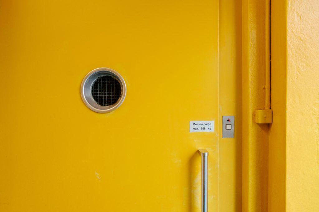 eine gelbe Tür eines Aufzugs